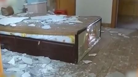 卧室天花板突然掉落全砸床上 屋主:像爆炸一样