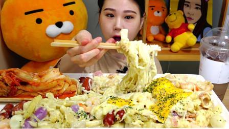 """韩国吃播:""""奶油培根炒年糕+辣白菜"""",卡妹吃得真香,我都馋了"""