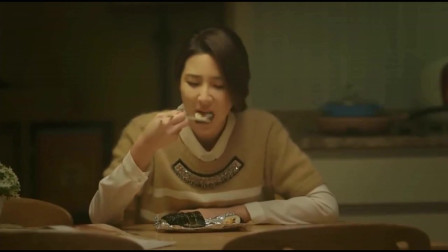一起用餐吧:女主一个人在家吃饭,差点被噎到了,心疼!