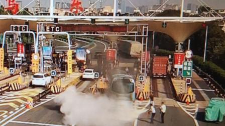 浙江义乌一大巴收费站突然起火 车载56老人