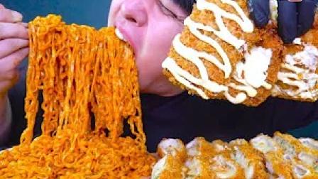《深渊巨口 YUDITY 》奶油火鸡面+蒜蓉芝士炸猪排  满满的芝士 满满的拉丝 幸福感 韩国大胃王吃播