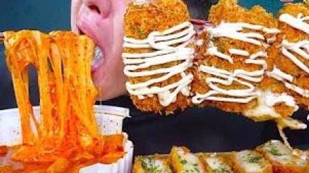 《深渊巨口》【UDT小哥】芝士年糕+撒了满满芝士的猪排和3个奶酪饼 一口下去满满的芝士 吃的真过瘾 韩国大胃王吃播
