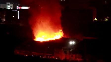 浙江绍兴一废品仓库起火 浓烟有几十米高