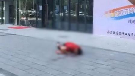 又见高空坠物!南京一男子被18楼坠下的铁架砸伤