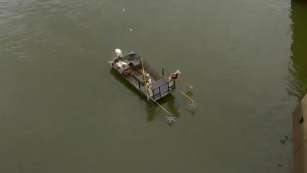 美国鲤鱼泛滥,政府派出船只电鱼,数秒后湖面突然炸锅!