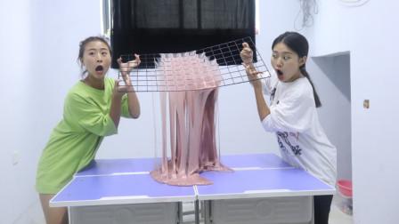 2个学生把课桌全拼在一起玩无硼砂泥,拿巨型网格拉花,太有才了