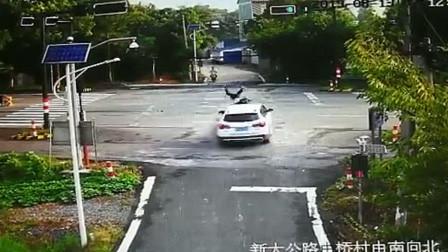 浙江一电动车冲刺闯红灯 被轿车撞飞后又遭其碾压