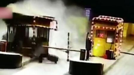 无证男子醉驾冲进云南收费站 车身360度旋转撞毁收费亭