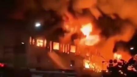 昆明市一汽修厂厂房发生火灾 现场火光冲天