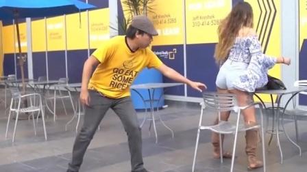 乌克兰美女刚要坐下,身后小伙突然动手,下一秒玩大了!