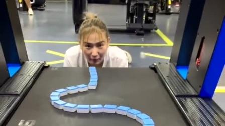 小姐姐表演现实版贪吃蛇,没技术含量,破绽厉害
