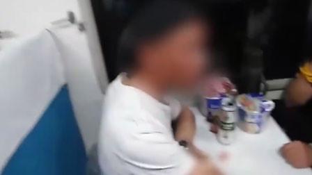 男子嫌列车酒贵 躺地撒泼自扇耳光:这个社会不就钱的问题嘛!