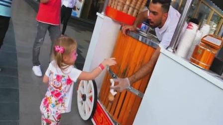熊孩子买冰淇淋被老板逗的哈哈大笑,想吃这个冰淇淋还真不容易啊!