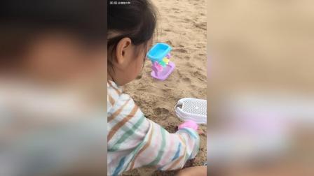 玩起沙子就没够啊! 不愿意走啦!