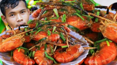 """泰国吃货大叔,吃""""咖喱味河虾"""",现做现吃,看这吃相,吃得真香"""