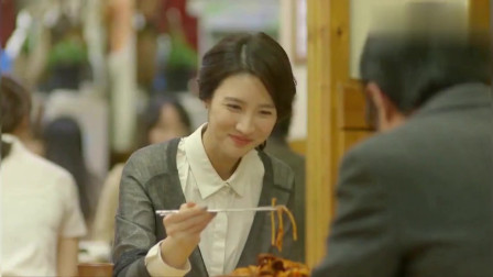 一起用餐吧:这是什么美食?用筷子不过瘾,小姐姐直接上手了