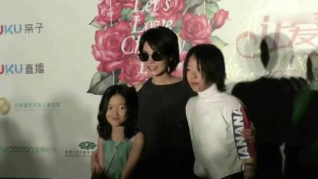 50岁王菲带女儿李嫣外出会友 母女涂同款指甲油似姐妹