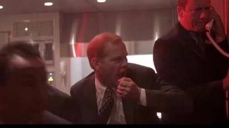 一部好莱坞经典动作片,恐怖分子潜入空军一号,激烈枪战场面,燃爆了