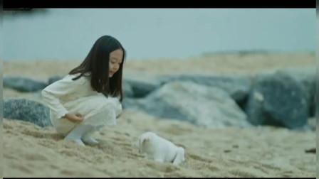 小女孩看见一条小狗,可当妈妈回头却看见女儿在和空气说话