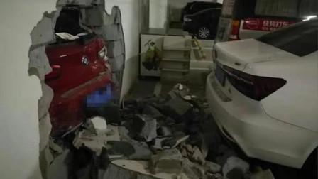 女司机错把油门当刹车 倒车撞穿车库墙体