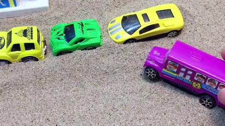 小汽车来加油了,大家都想插队,结果小警车在前面等!