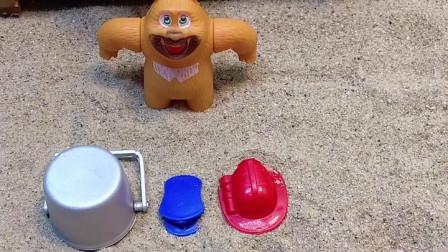 熊二出来卖帽子了,卖出去两个,还有个水桶没卖出去!