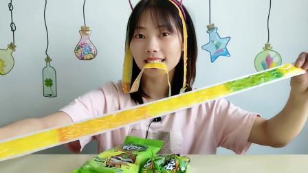 """美食拆箱吃趣味零食""""果汁卷卷糖"""",彩色花纹长又软,酸甜味美"""