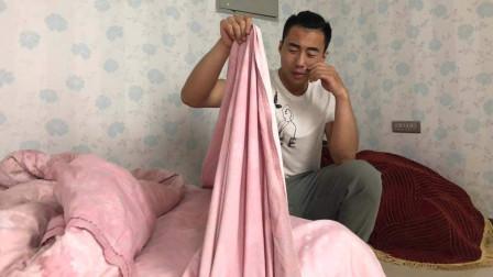 结婚后,妻子每天睡次卧,离婚后丈夫打扫房间,掀开床单后泪崩