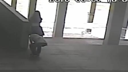 男子将手机伸进女子裙底 碰到大腿当场被捉