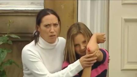 小女孩受伤请路人帮忙拿医疗箱,结果路人却被双胞胎姐妹整蛊