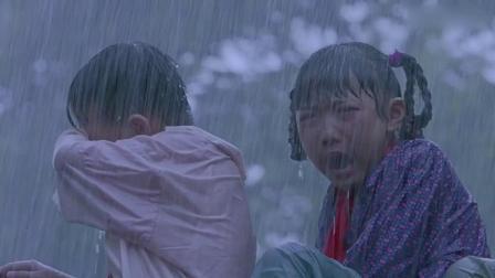 村里下大暴雨要漫堤,女子大喊全村撤离,老支书却墨迹,洪水来了