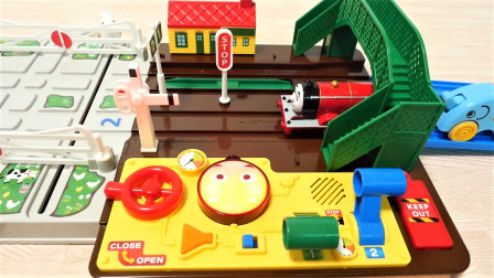 托马斯小火车旋转铁路轨道交叉系统玩具套装开箱展示