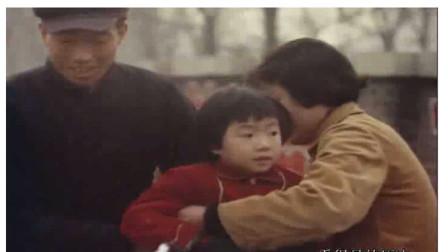 1966年沈阳铁西区工人村  送小孩上幼儿园的家长