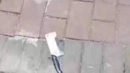 广东一小区一把菜刀从天而降 物管人员险被劈
