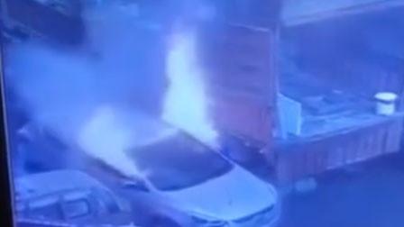 四川一电动汽车着火炸出火球 车内被烧得面目全非