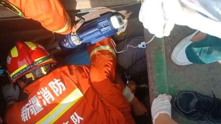 惊魂!新疆一男子查看收割机被卡住:左腿腰部以下及生殖器被切