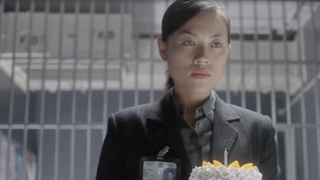 美女生日,女警官带着生日蛋糕给美女庆祝,美女心里觉得暖暖的