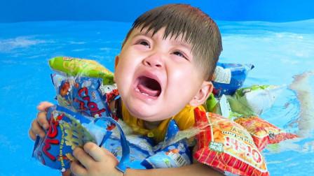 萌娃早教乐园!卖零食的小萌娃想游泳但是没有救生圈,他拿零食当做救生圈。