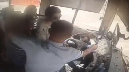 江苏一男子上错公交 要求停车退钱还抢夺方向盘