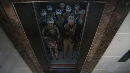 上电梯是一群美女,下电梯全体变女战士,换衣服速度快啊!
