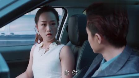 美女低头玩手机上错车都不知道,没想到扭头一看,旁边坐着大总裁
