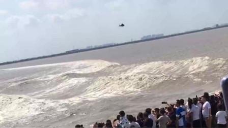 直升飞机的威力有多大?看看它经过海面带起的波浪,明白了吗?