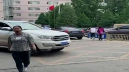 医院应急车道 不能随意停车 每日新闻报 20190815 高清版