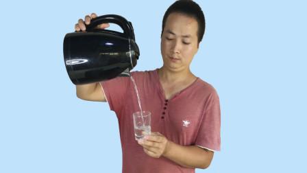 教你如何让100度的开水瞬间结冰?特简单,餐桌上就能玩