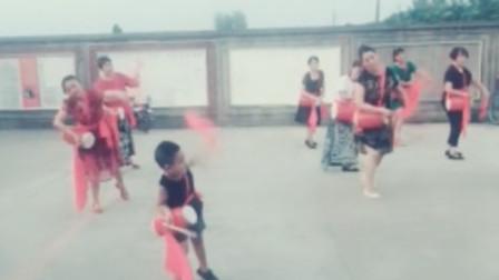 小萌娃才是真正的跳广场舞舞王,音乐一响起,霸气侧漏