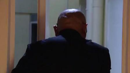 疯子进入小洁卧室,在和苏琳的争斗中,疯子跑了!