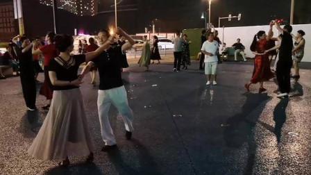 实拍贵阳花果园广场一群人跳双人舞,黑灯瞎火的会不会发生什么呢