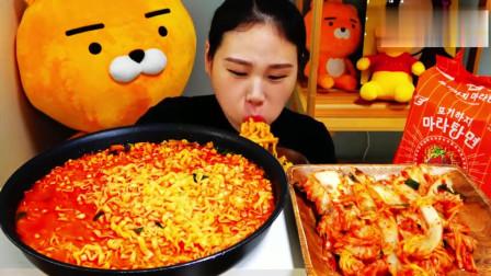 美女吃播大胃王,试吃新的汤面品种、泡菜,还想多吃几次