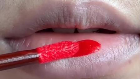 嘴大妹子别更风画满嘴口红,咬唇妆才最适合你,这样画显嘴小