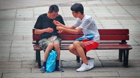 当人们在街头遇到行动不便的他,有人主动帮他做了这件事